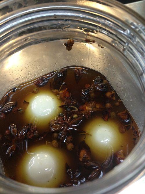 Marinada en la que introduce los huevos David Muñoz