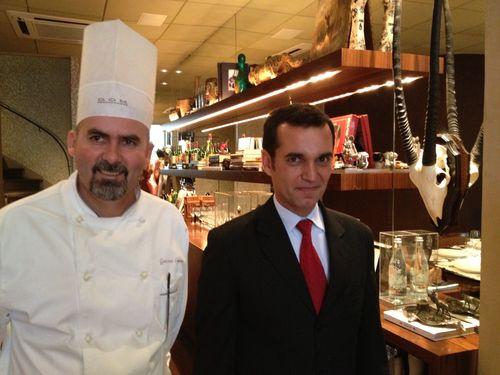 Geovane Carneiro, jefe de cocina del restaurante DOM, en Sao Paulo, junto al jefe de sala