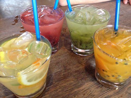 Cuatro tipos de caipirinhas con frutas.De izquierda a derecha 1) Con cítricos, lima, limón y naranja 2) Frutos rojos, fresón, uvas y ciruelas 3) Kiwi, uvas verdes y carambola 4) maracuyá, mandarina y limón