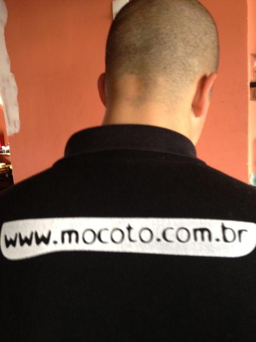 Leandro Batista, de Mocotó, de espaldas, experto en cahaças y caipirinhas
