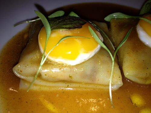 Raviolis de chupe de camarones con dashi de huacatay y ají amarillo, restaurante Nikkei 225