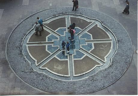 Documenta13.La fuente de Sigmund Aschrott es hoy reproducida a modo invertido (subterráneo) por el artista HORST HOHEISEL
