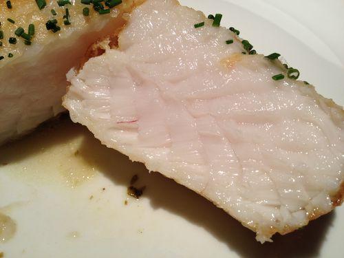 Corte del taco de merluza del Hostal Echaurren, ya en la mesa en el que se aprecia la jugosidad del pescado