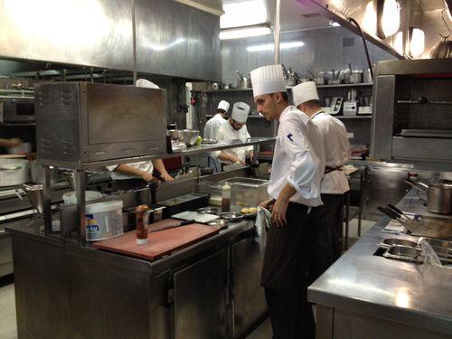 Cocinas del hostal Echaurren en plena actividad