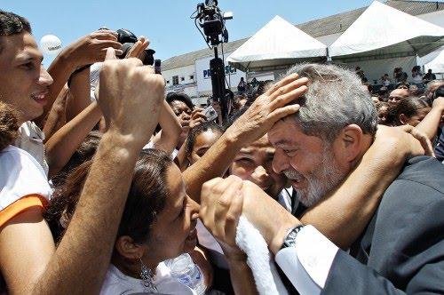 Lula rodeado de gente