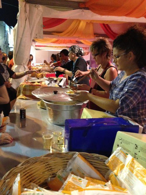 Puestos callejeros en San Vito donde se venden raciones de cous cous durante la semana que dura el festival internacional