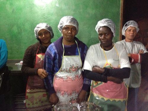 Equipo de apoyo brasileño a la cena ofrecida por los cocineros venezolanos en el festival de Tiradentes