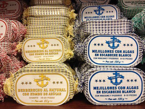 Latas seleccionadas de distintas conserveras gallegas
