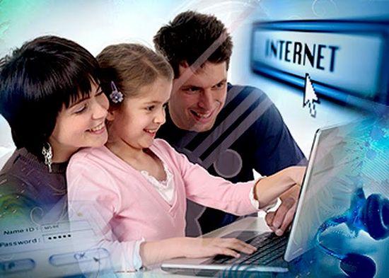 Jovenes usando internet