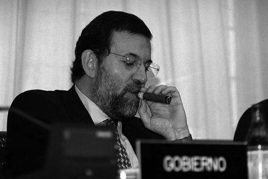 Mariano_Rajoy_fuma_puro_Congreso_2001