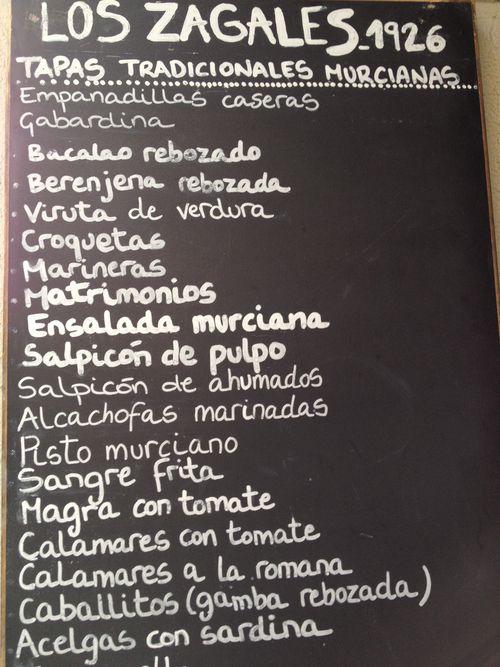 Pizarra de especialidades de un bar de Murcia