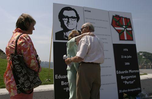 Los padres de Pertur en el homenaje por el 30 aniversario de su desaparición