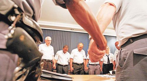 Policias militares cogidos porl a mano en oración