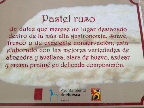 Placa expuesta a la puerta de la pastelería, con el respaldo del Ayuntamiento de Huesca