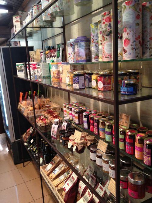 Una de las estanterías de Ascaso, con mermeladas y golosinas