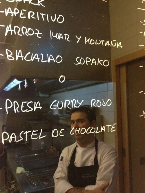 Pablo Montero reflejado en la pizarra de la cocina de