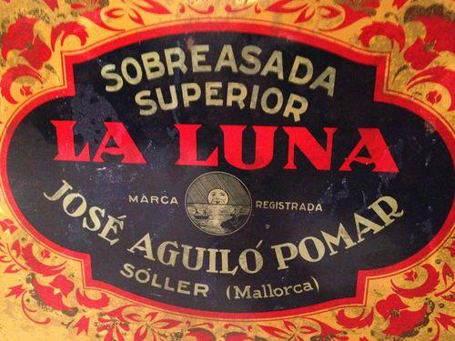 Antigua caja de sobrasada del primitivo propietario de La Luna