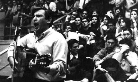 El cantante Raimon en un concierto en 1968.