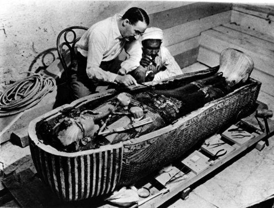 Howard Carter examina el sarcófago de Tutankamón tras su descubrimiento el 8 de noviembre de 1922  GETTY