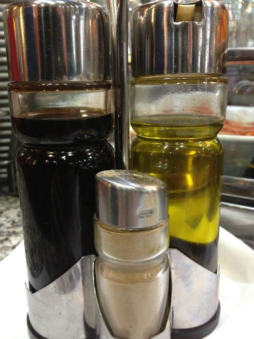 El clásico convoy con aceite y vinagre de origen desconocido que circula por muchos sitios
