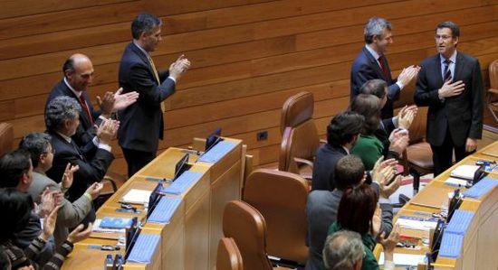 Alberto Núñez Feijóo recibe el aplauso de su grupo tras ser elegido por mayoría absoluta en Galicia