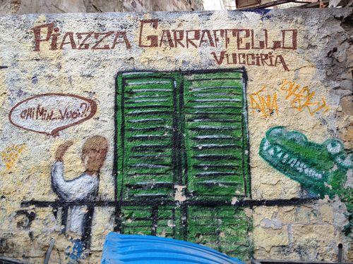 Una pared del viejo mercado callejero