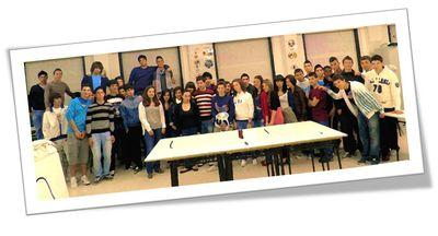 """Foto conjunta de dos equipos (Baiona) y (Velilla), participantes en el encuentro """"Robocampeones 2011"""" en el IES Sefarad de Toledo."""