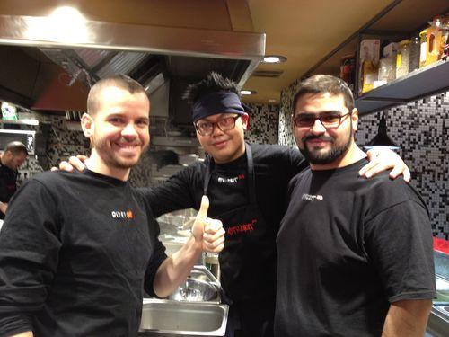 David Muñoz con dos componentes estratégicos de su brigada, Rafa y Jonathan, encargado del wok a la vez que jefe de cocina