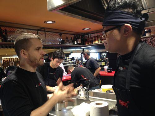 David Muñoz dialogando con Jonathan, jefe de cocina