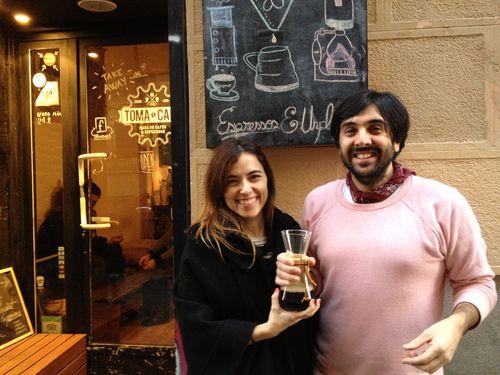 Patricia Alda y Santiago Rigoni en la puerta del local con una Kemex