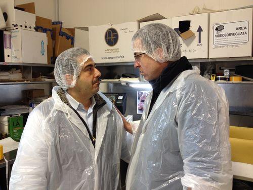Luigi Dattilo, director general de Appeninno Food, a la izquierda, hablando con el alemán Stephan, comprador importador de trufas