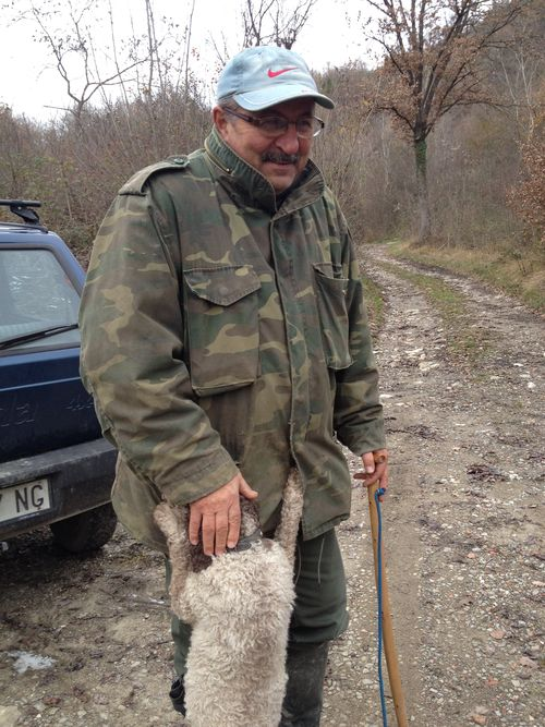 Adriano, experto recolector de trufas del pueblo de Savigno y su perro Pupa