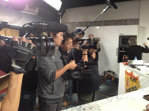 Los cámara de la televisión japonesa ABC Asahi, un equipo de 8 profesionales y dos intérpretes que grabaron el encuentro
