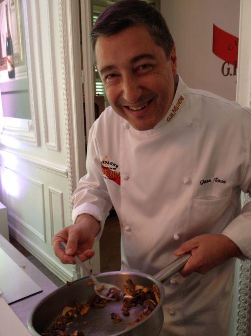 Joan Roca, sartén en mano poniendo a punto uno de los platos