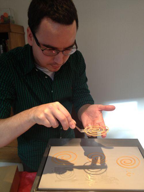 Paco Morales desprendiendo de la plancha una espiral de mojo picón