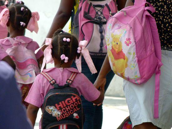 Haití niñas saliendo de la escuela (PG)
