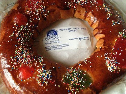 Rosca en versión dulce,que se puede equiparar a un roscón de reyes. El responsable de esta panadería, José Antonio Mateo, confiesa que las piezas siempre se hicieron en pan, pero que como son para la chiquillería se han pasado a elaborar en masa de brioche
