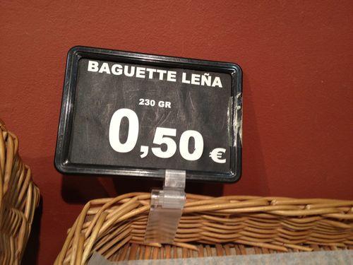 Baguette de leña, pésima barra a 0,50 centimos. Mentir para vender. En una cesta de panes de Supersol. ¿Qué quiere decir? ¿Cocido en horno de leña?