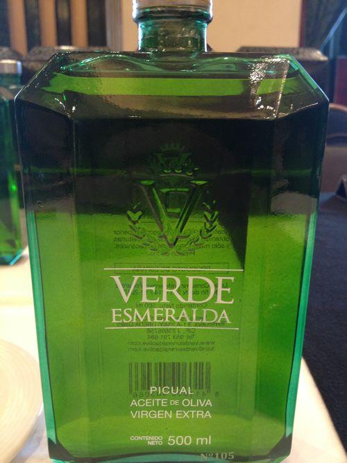 Bonita botella, que contiene aceite amargo y frutal. De la cosecha no se indica ningún dato, nada de nada