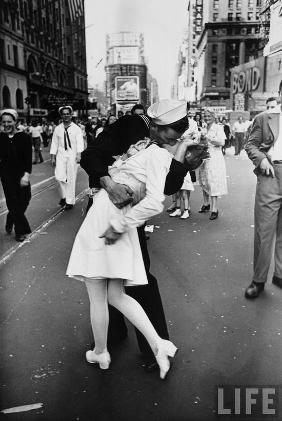 V-J Day Kiss in Times Square. 1945. Alfred Eisenstaedt