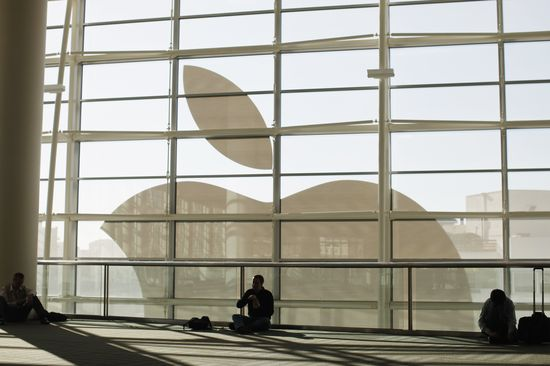 El logotipo de Apple visto desde el interior de la sede de la compañía en San Francisco.