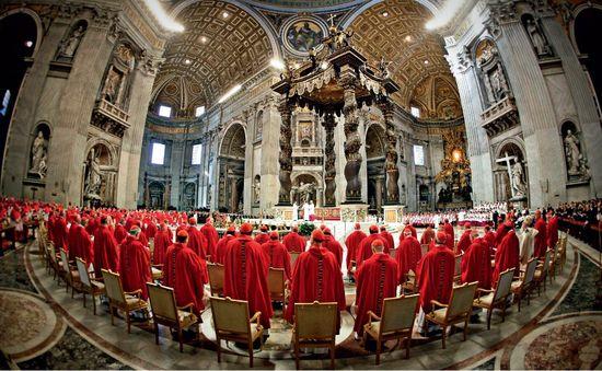 Imagen de una reunion de cardenales en San Pedro