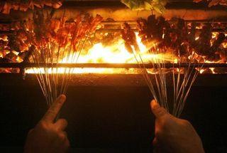 Brochetas en una barbacoa. (AFP)