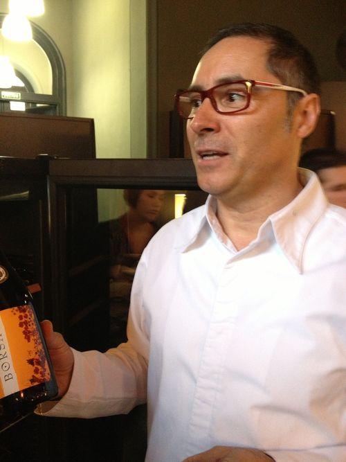 Carmelo Bosque muestra la botella de Borsao tinto selección 2011, que mereció 90 puntos por parte de Robert Parker en Octubre de 2012. Uno de los mejores vinos del mundo por su relación calidad/precio. Se incluye gratuitamente en el menú del restaurante Paraninfo