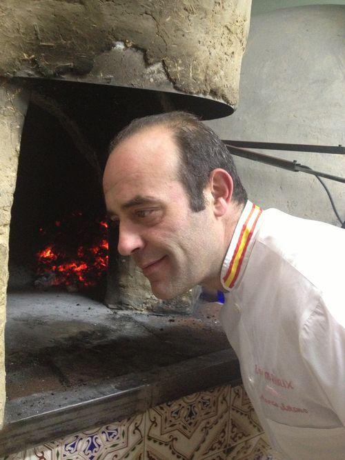 Marco Antonio escuchando el sonido de sus asados, una operación que repite con frecuencia a lo largo del proceso