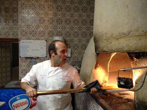 Marco Antonio manejando la pala en plena actividad