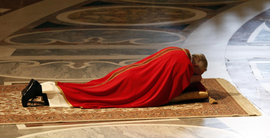 El papa Francisco postrado en tierra