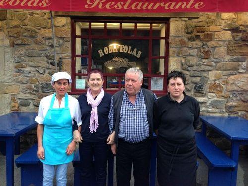 Equipo del restaurante Rompeolas en Tazones. De izquierda a derecha Maria José, Toya Hortal, José Martínez, y Maria del Mar