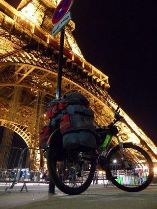 Los ciclistas aventureros a su paso por París.