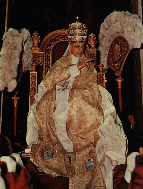Pio XII (con la tiara de los tres poderes)